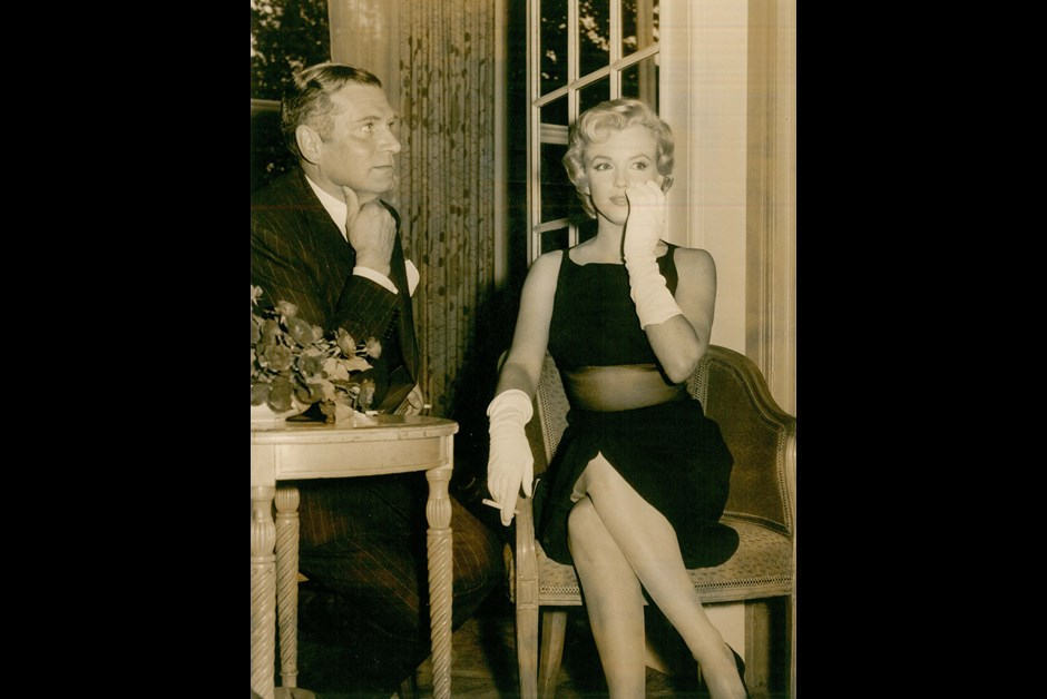 Marilyn Monroe and Laurence Olivier at The Savoy for a press conference, when Monroe came to England to film The Prince and  the Showgirl with Olivier in 1956.jpg
